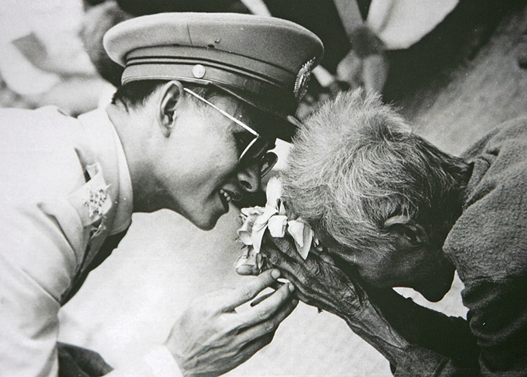 king-bhumibol-adulyadej-greets-a-loyal-subject